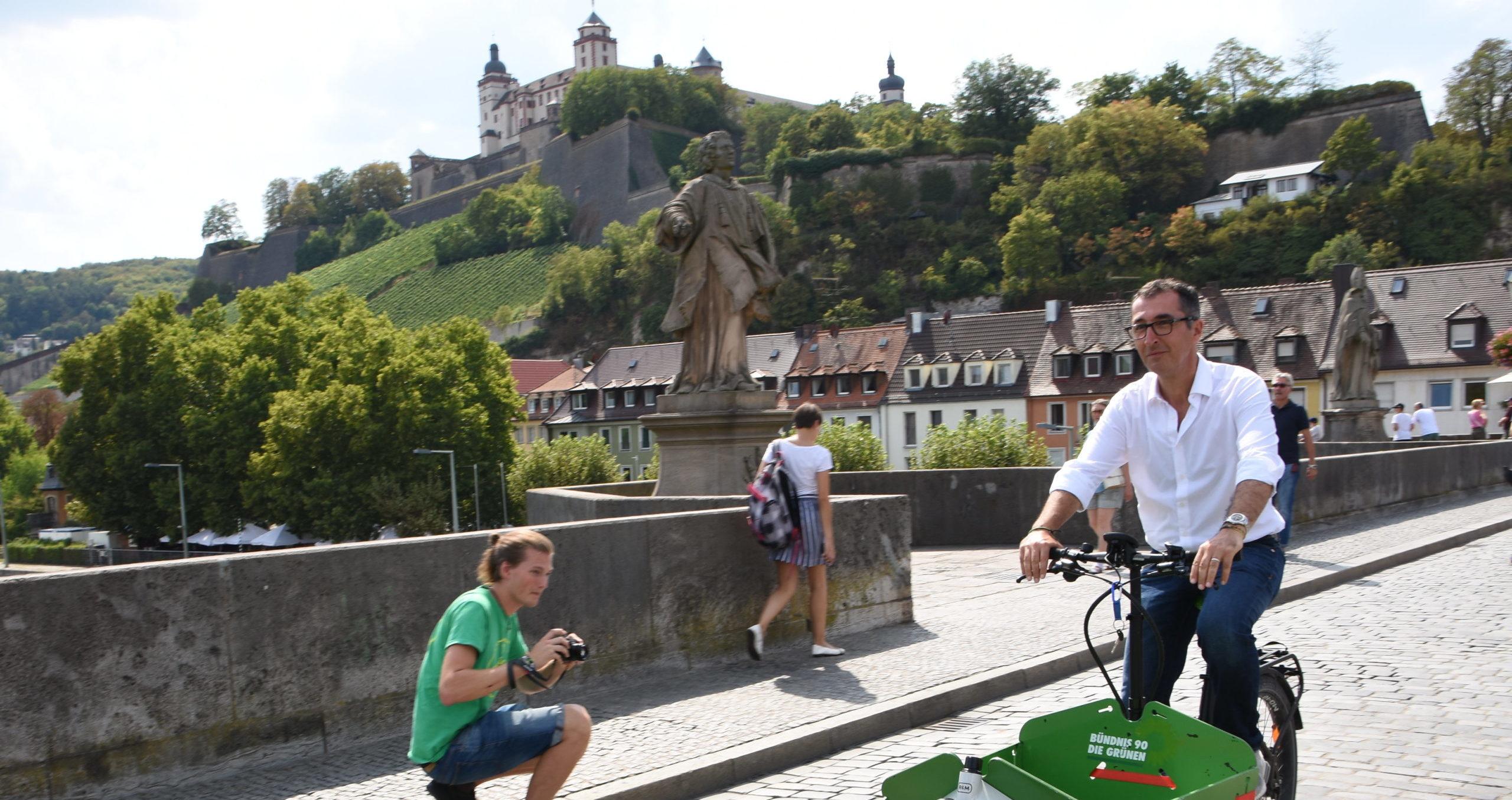 Cem Özdemir fährt Lastend in Würzburg
