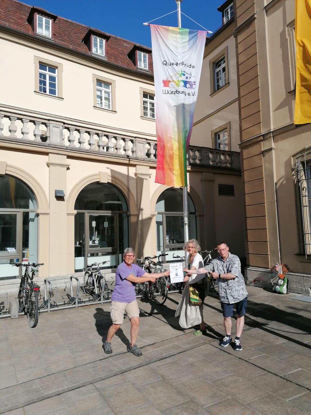 Fahnenpatenschaft für Queer Pride